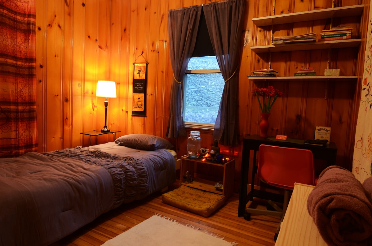 Retreat for 1 in eco home nonsmoker
