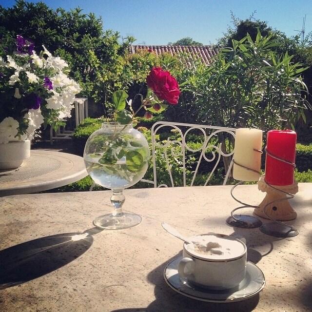 В нашем саду можно устроить и завтрак и шикарный ужин за столом из белого мрамора!