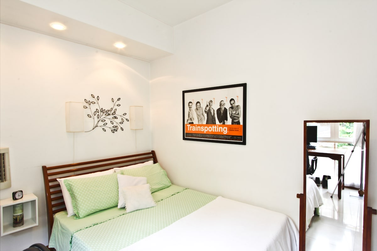 The room is very luminous and fresh. You will have a full-lenght mirror.
