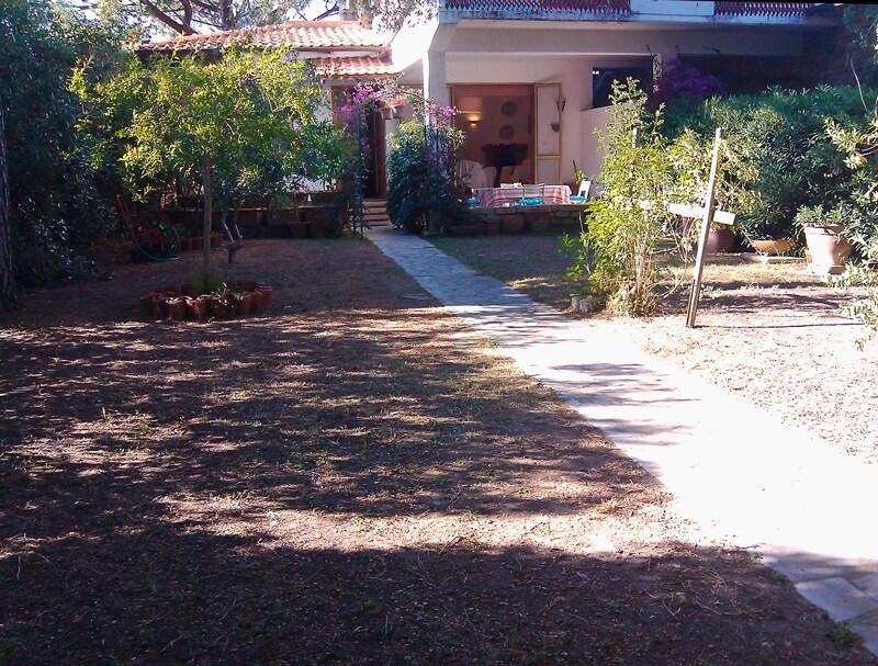 Il giardino e l'ingresso alla casa