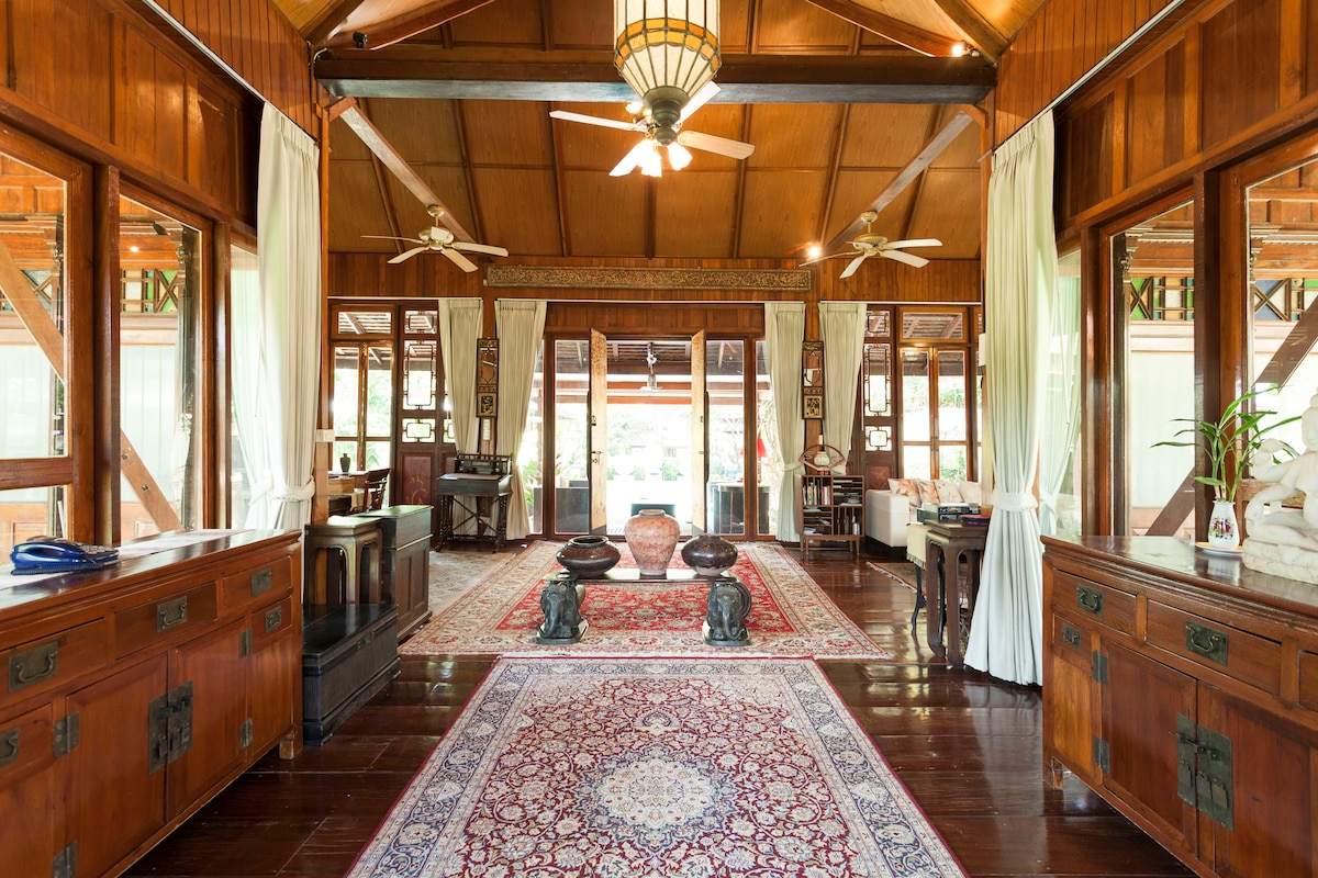 Riverside  exquisite villa living!
