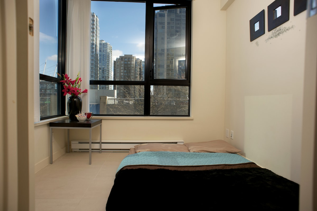 Single room with double bed. City views, large mirror and dresser drawers
