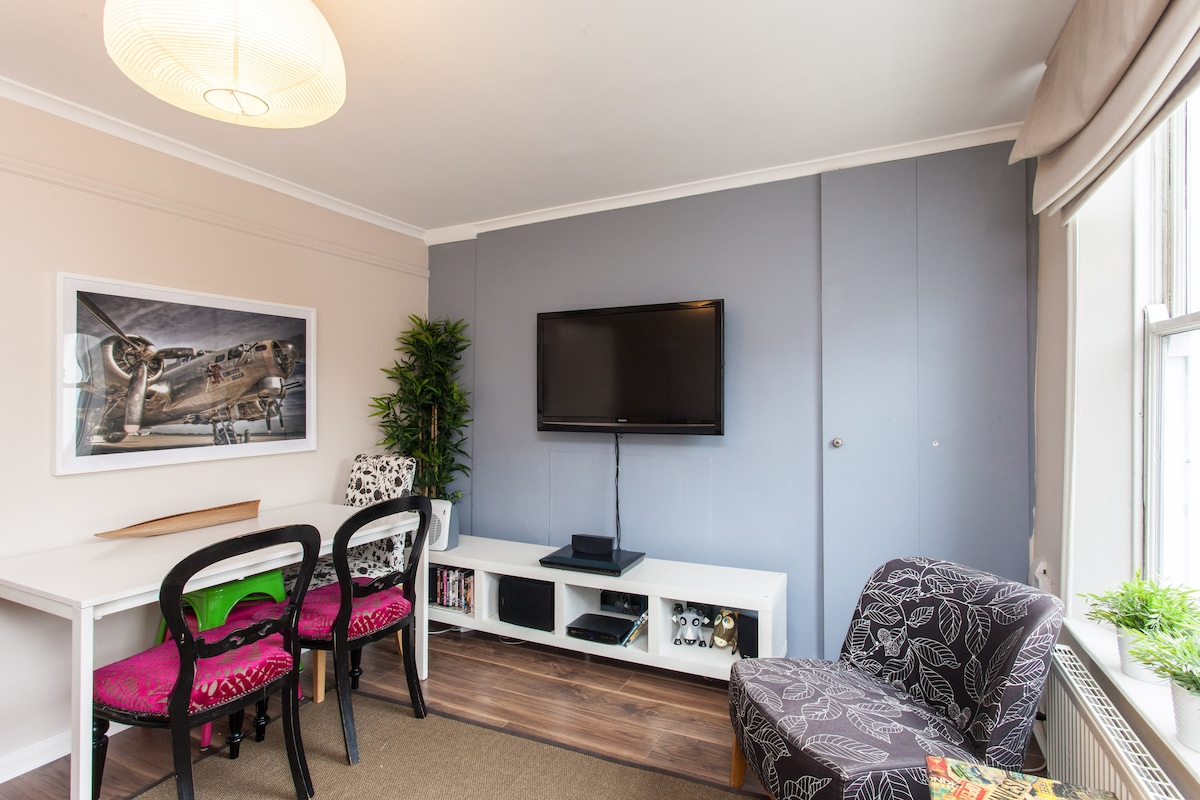 Living room with home entertainment system, plasma tv 42'', cable tv, wifi internet, dvd player