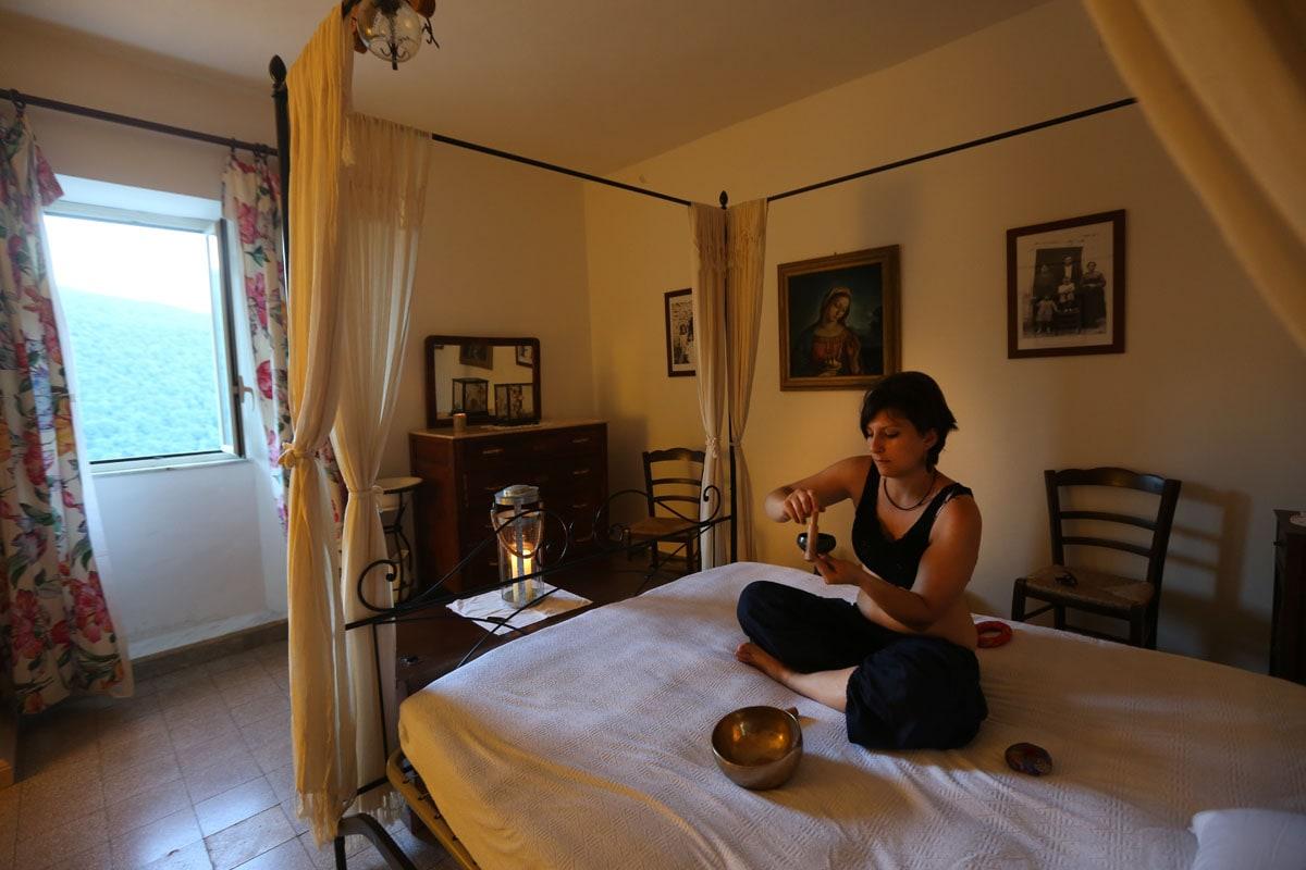 Il suono della campana Tibetana per rilassare la mente nel silenzio della casa immersa nel parco dei Simbruini