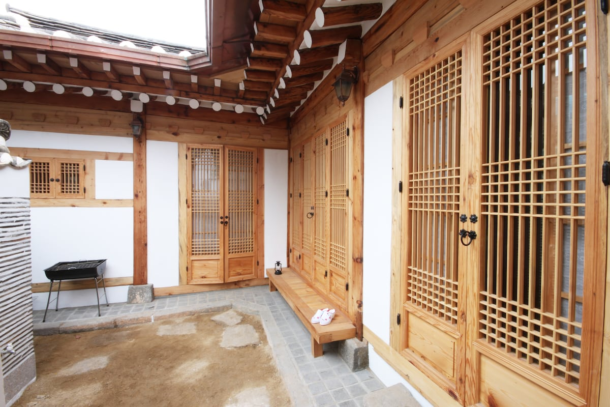 Korean traditional house for family in seoul for Traditional korean kitchen