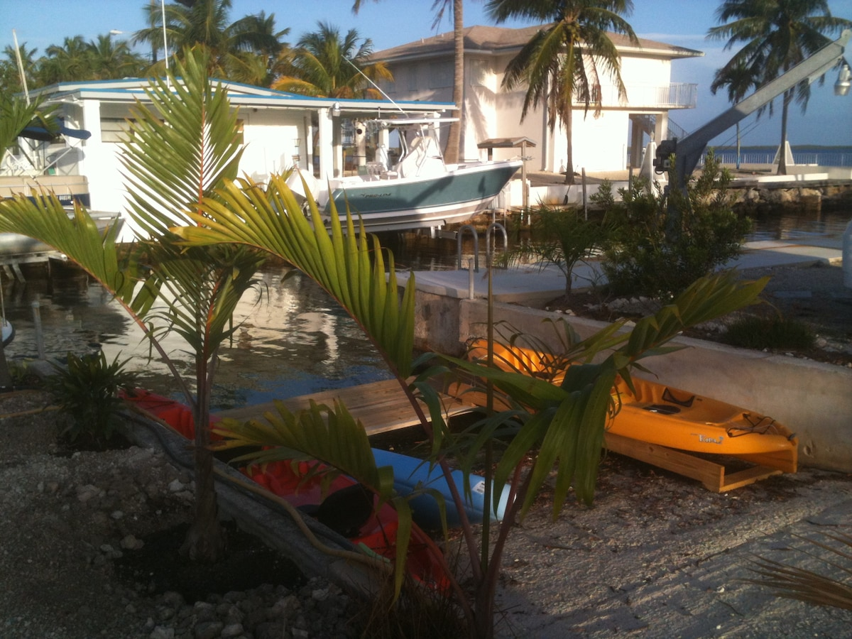 Steps from the Everglades Amor houseboat are a variety of kayaks to enjoy the bay
