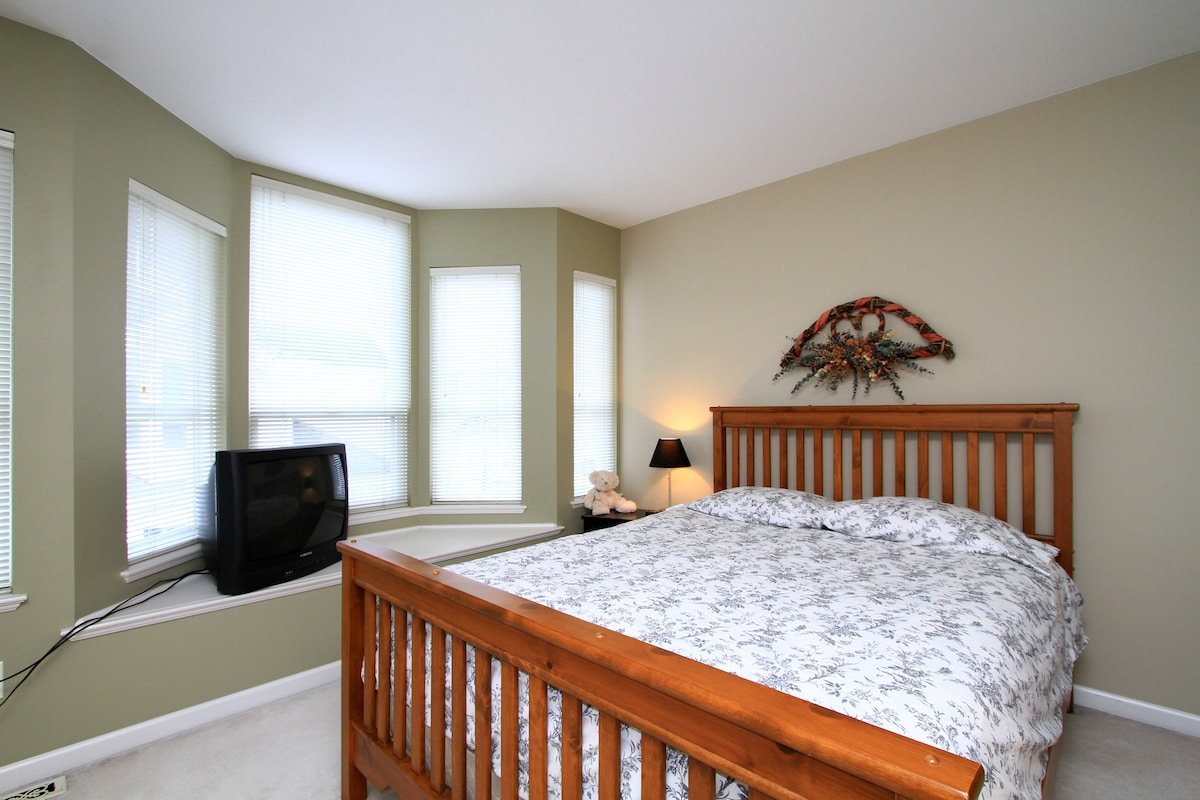 Your private room with Queen size bed and private bathroom attached. Decoration on the wall has been upgraded.