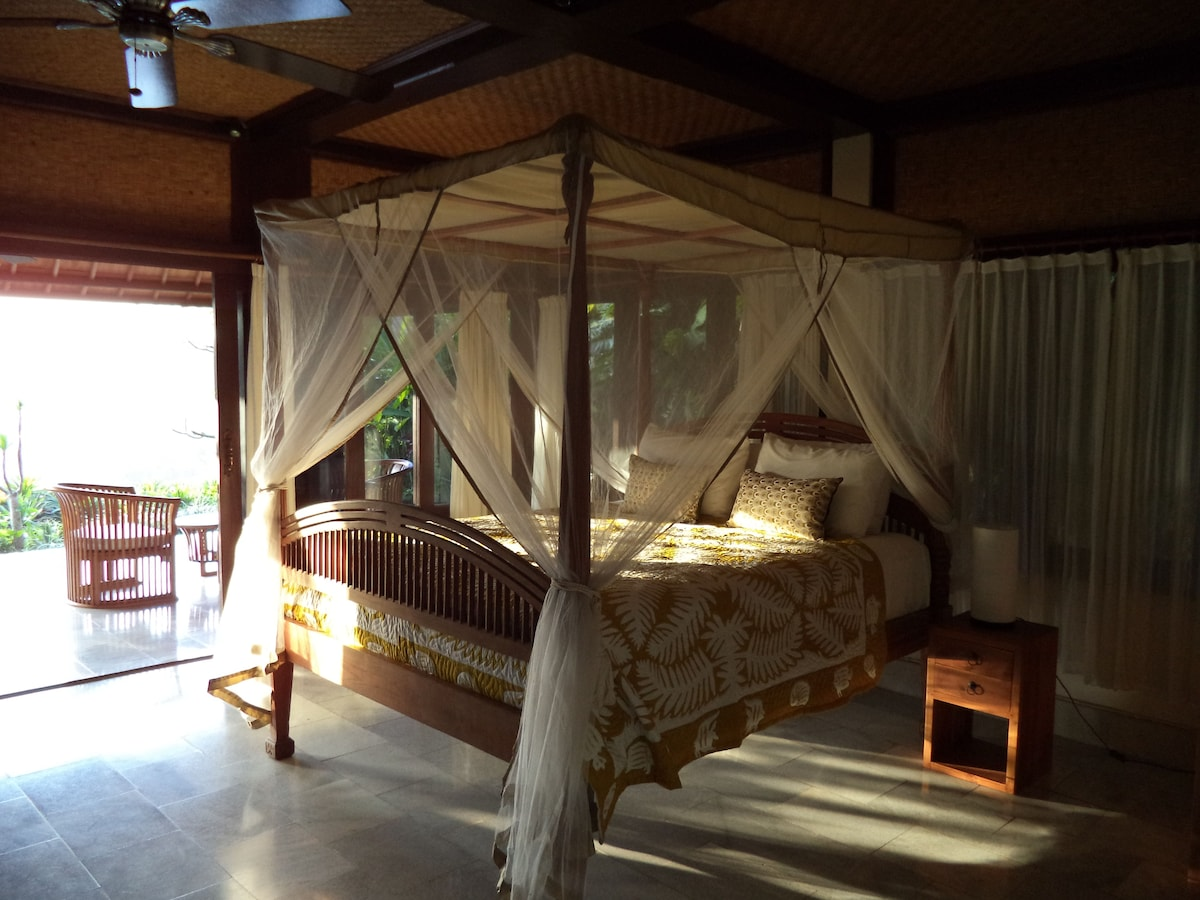 Four poster netted bed..
