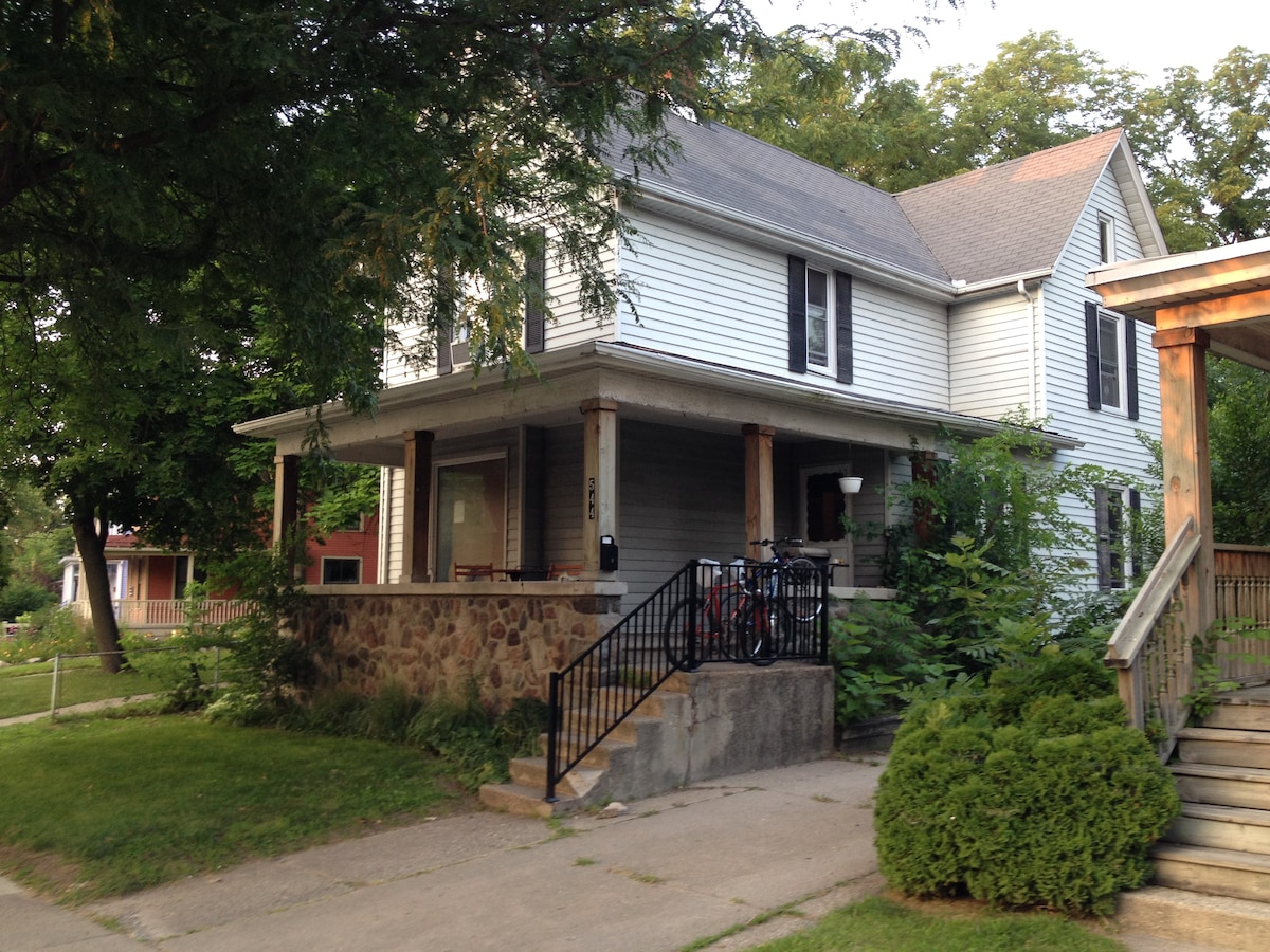 Room on Main St, perfect location