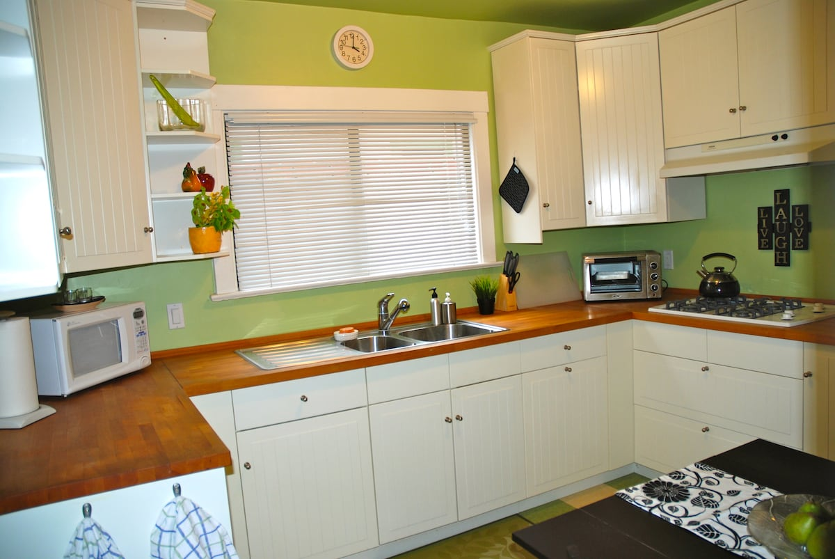 Other view of the famous green kitchen, spacious and clean!