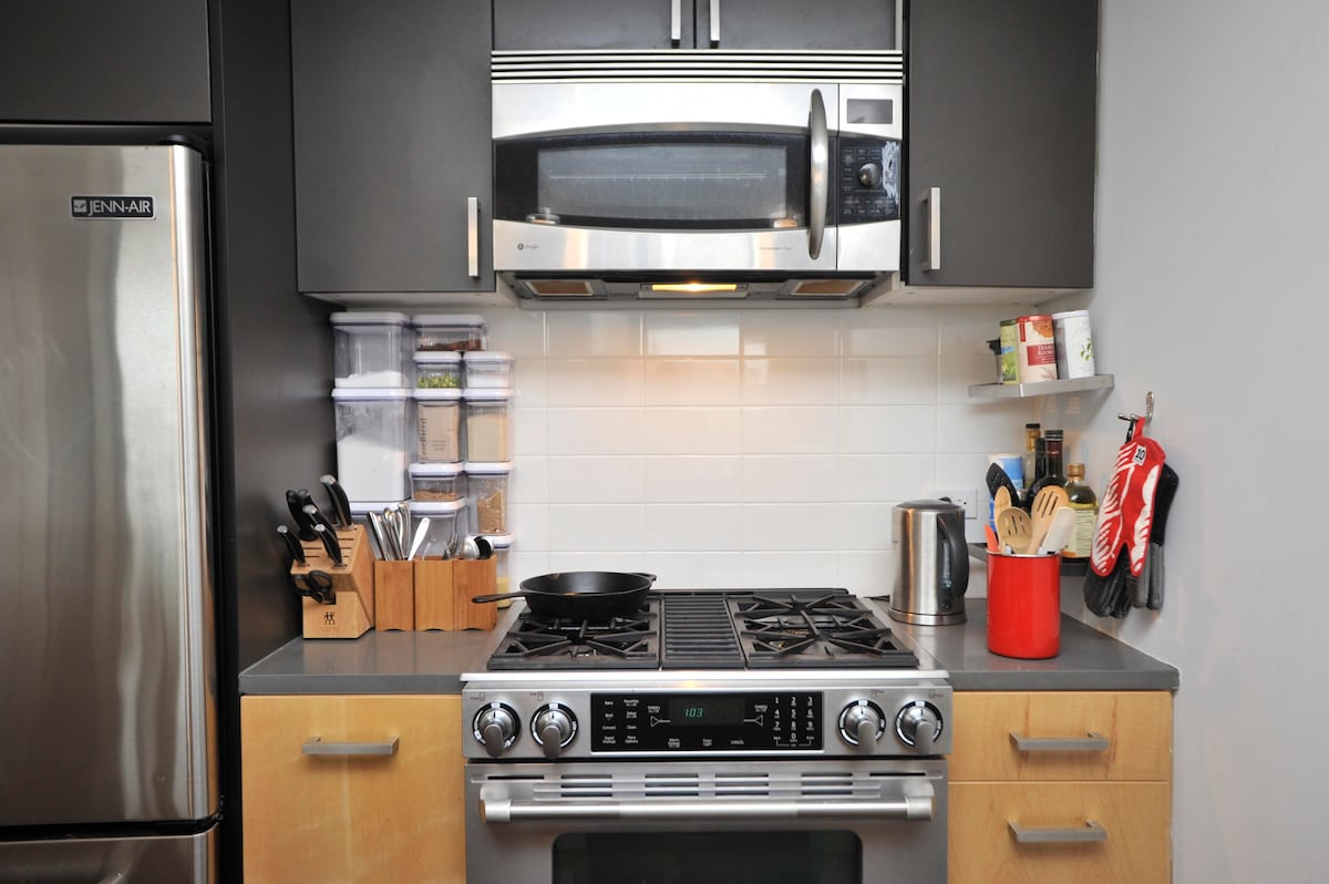 Like to cook? You've come to the right place. Top-notch gas burner and enormous fridge for your culinary delight.