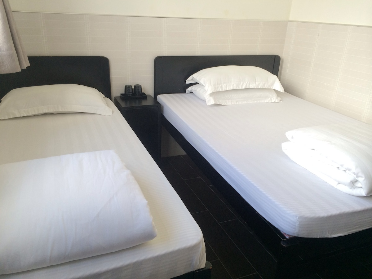 cozy & clean rm for 3 @ mong kok