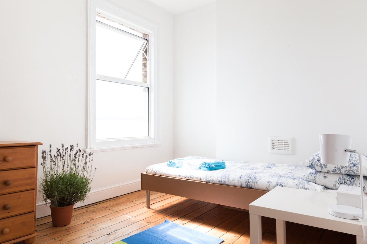 Sunny room in zone 2 (room 2)