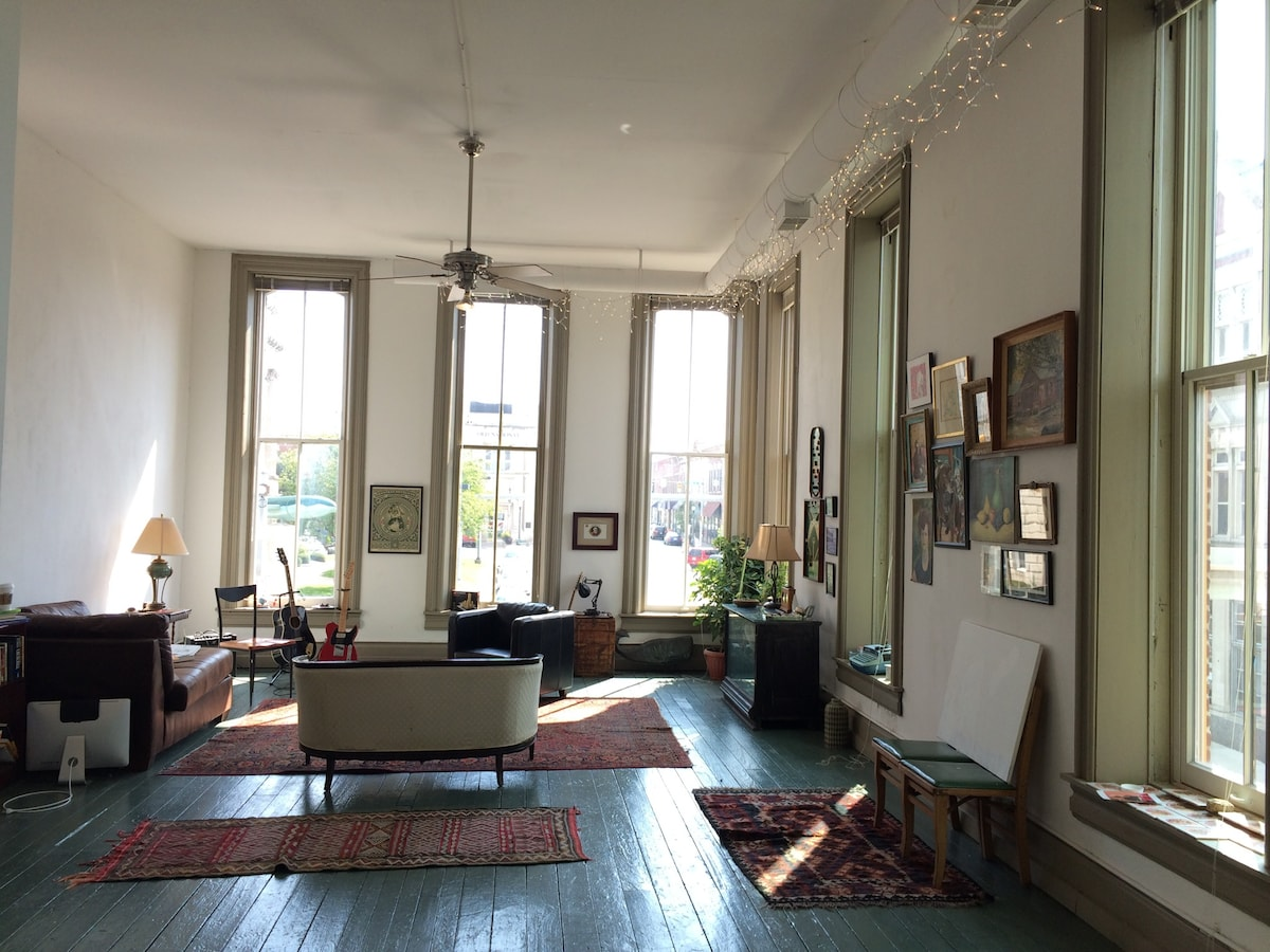 ECLECTIC LOFT Apt. on Town Square
