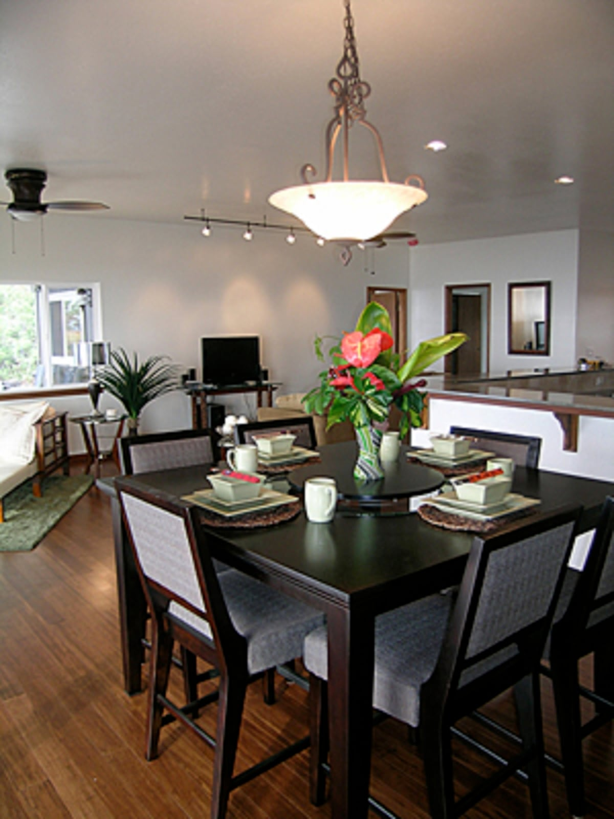 Dine with gorgeous ocean views, seats 6 plus dining table on lanai seats 4.