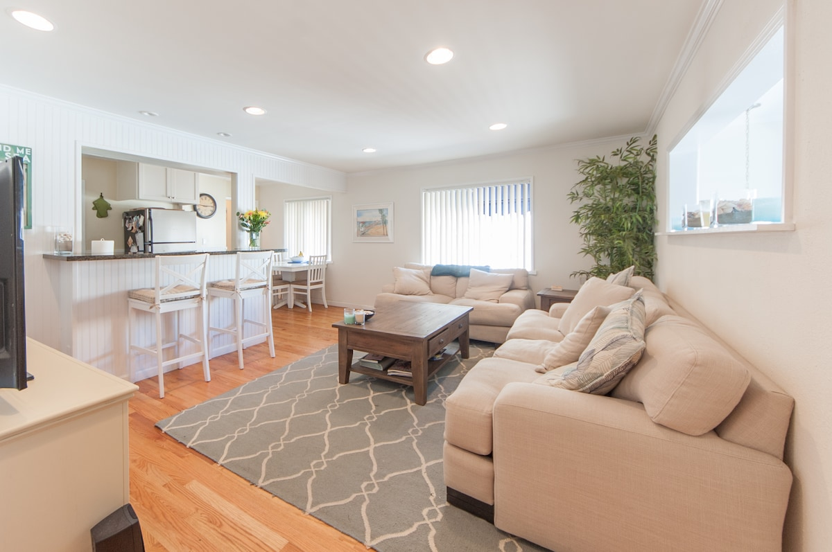 Spacious and bright living room with open bar to the kitchen.