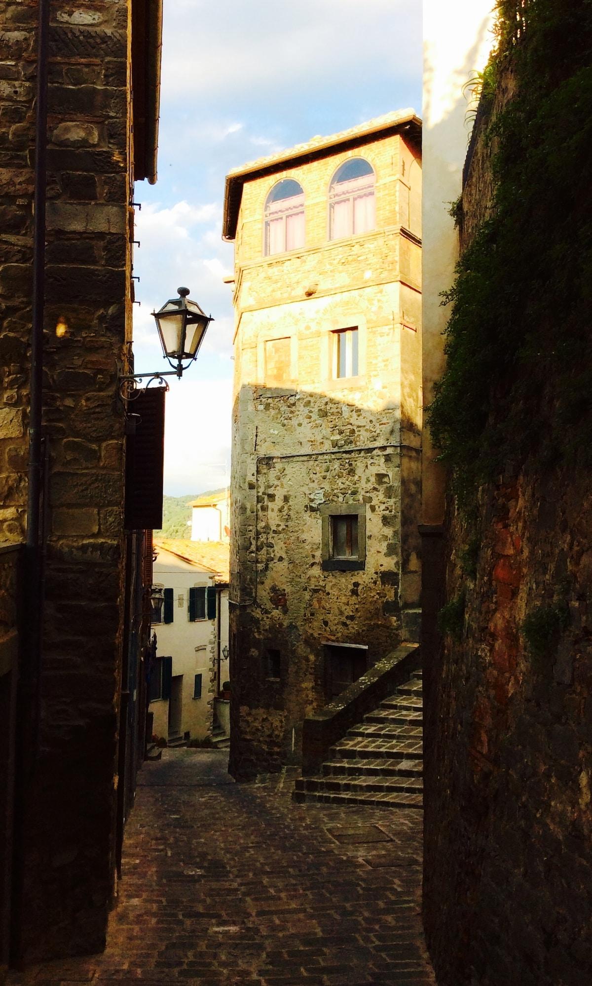Torre al tramonto, situata all'incrocio tra via indipendenza e via Roma - Seggiano