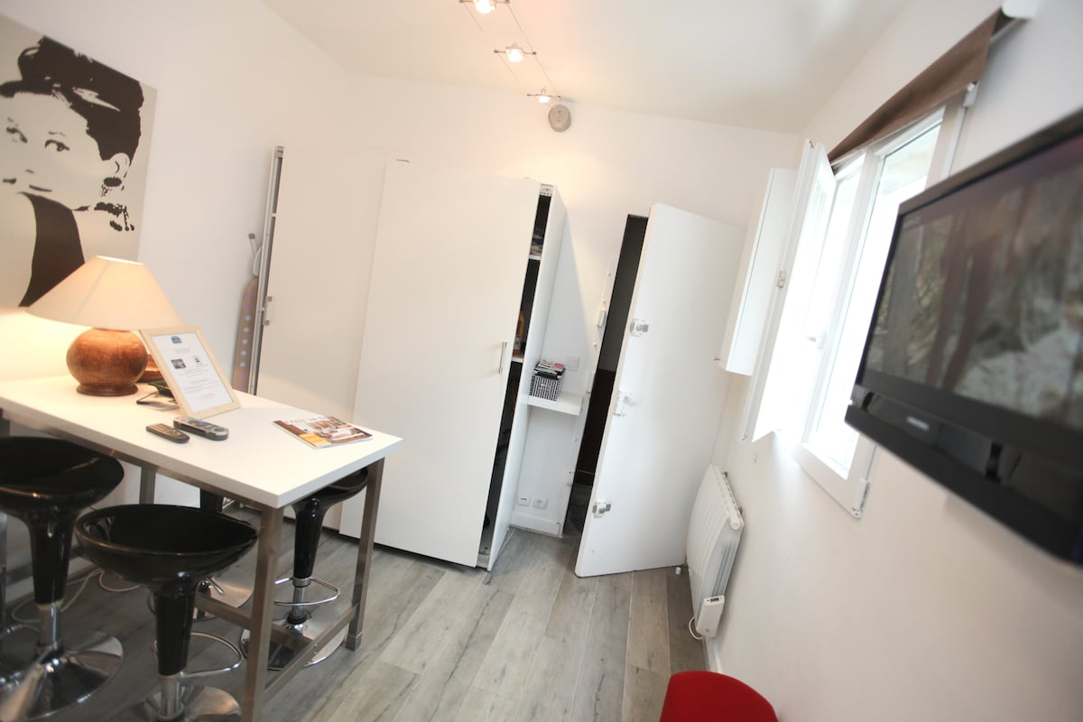 Charming studio in the heart of St Germain des Prés, Paris 6th ,18m2 (197sqf) fully equipped for 2 pers with free phone, TV and Internet (wifi)