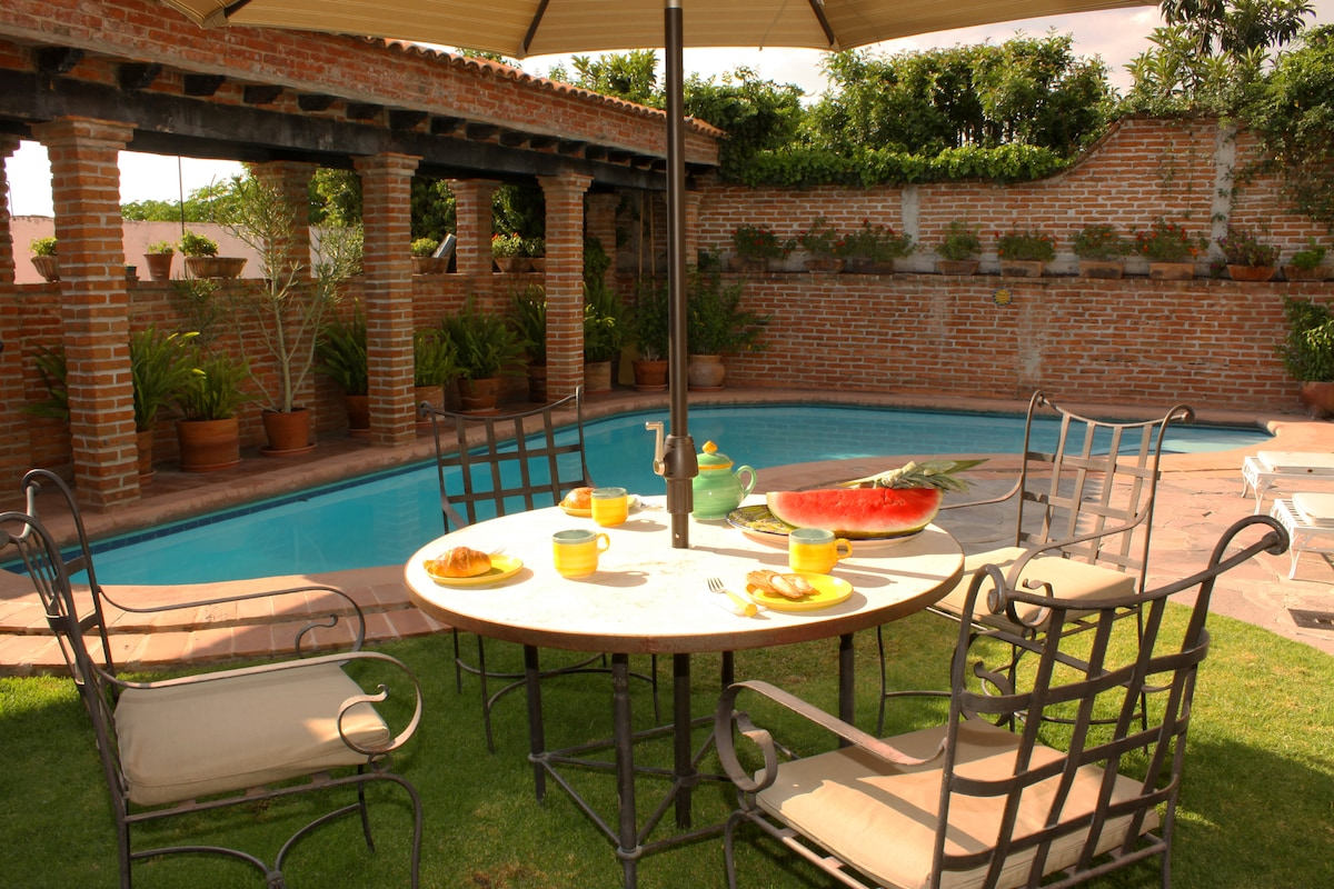 Breakfast at poolside?  Why not!  Nice way to start the day.