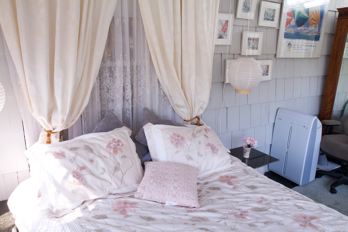 Comfortable Queen size bed with luxury linens