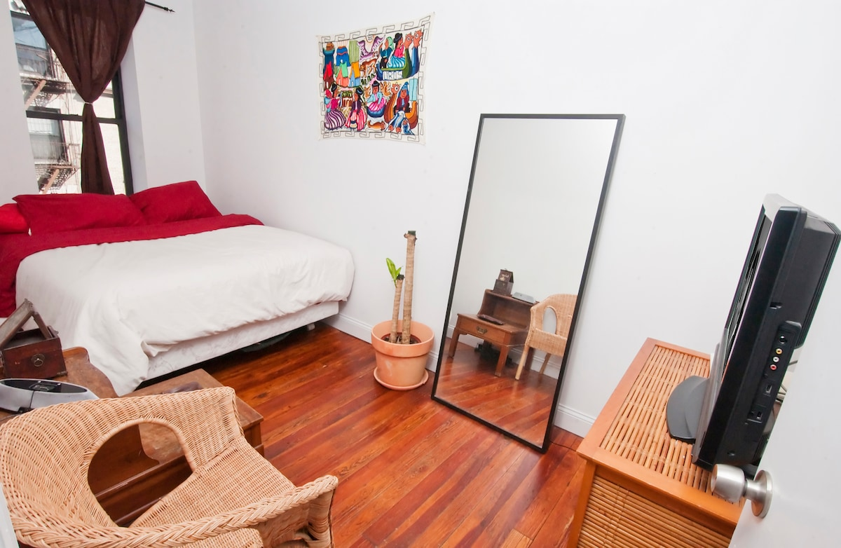 Large bedroom with cable to relax the evening away after shopping like crazy in Soho!