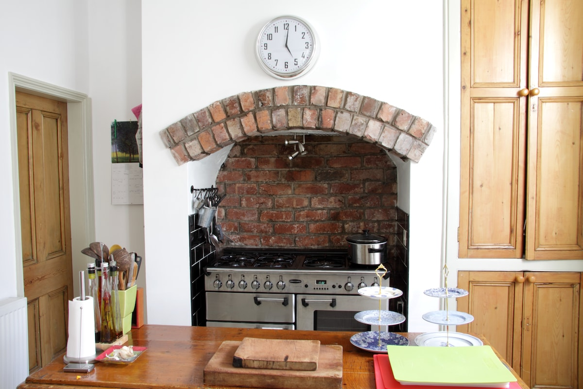 The kitchen and cooker