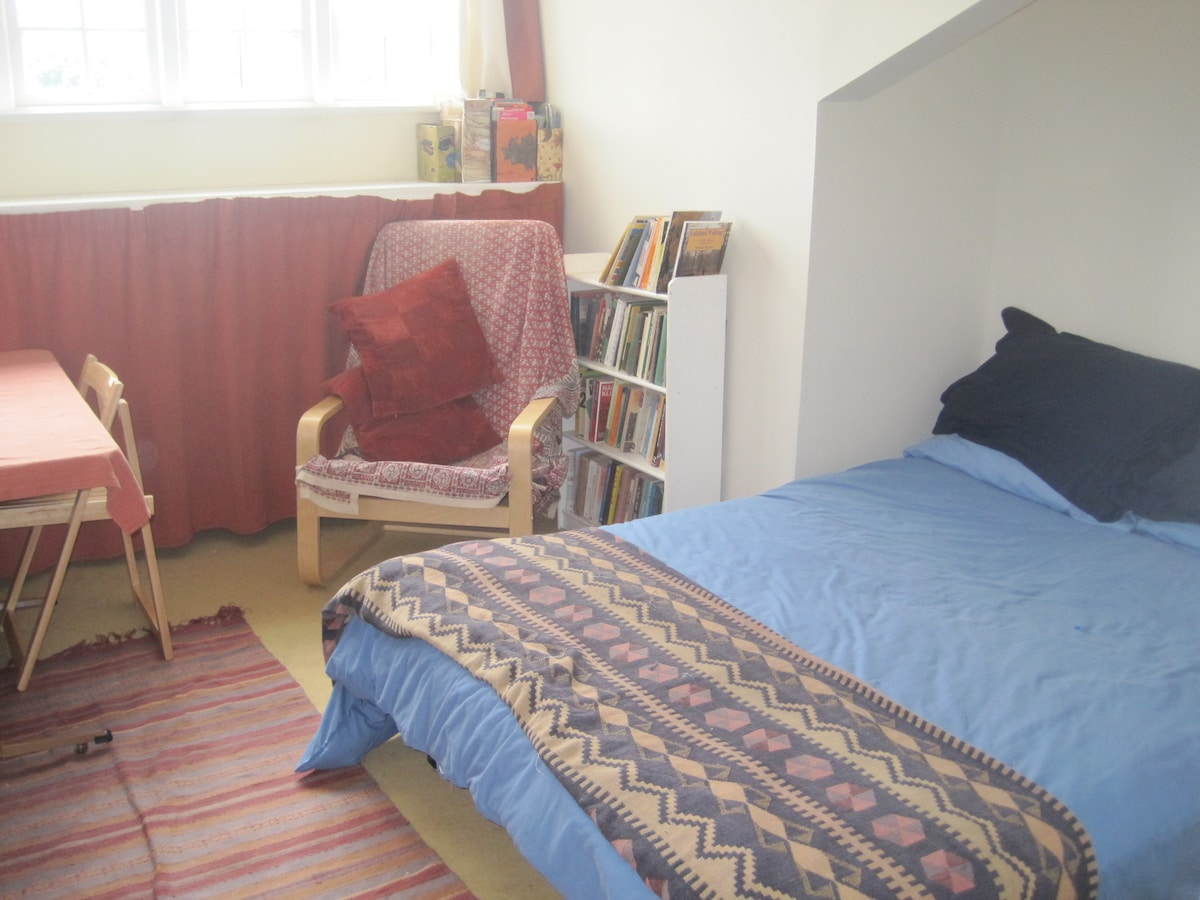Lovely private room available