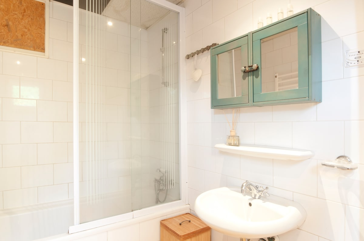 Sunny Houseboat 2-bedroom villa
