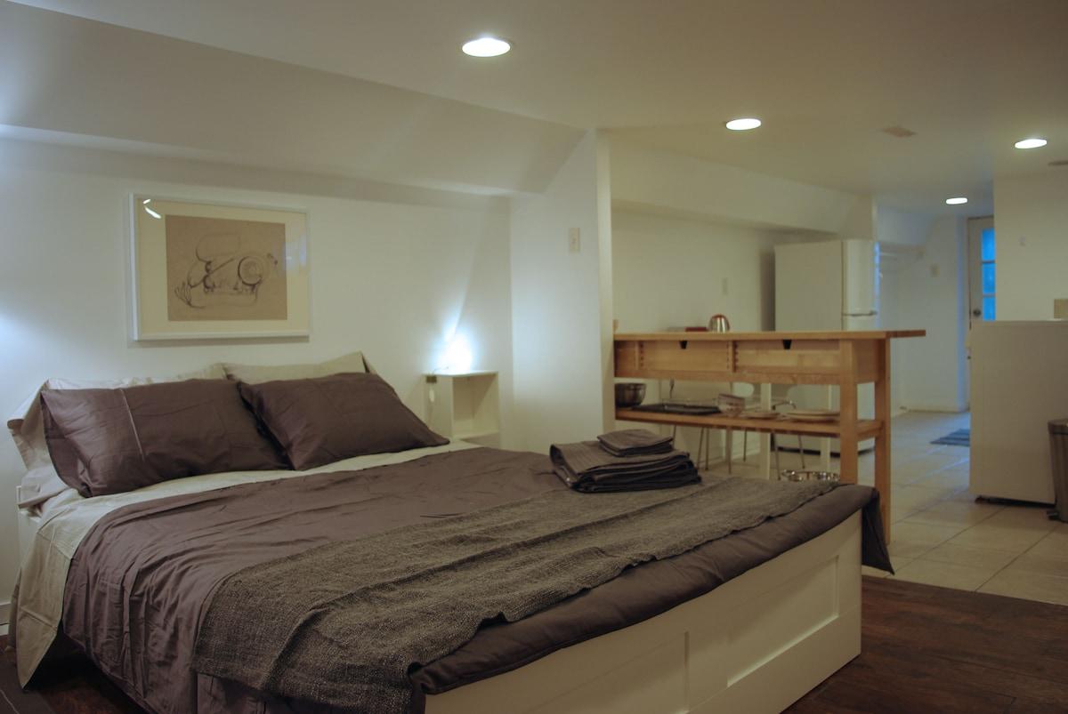 Cozy studio suite in artist's home