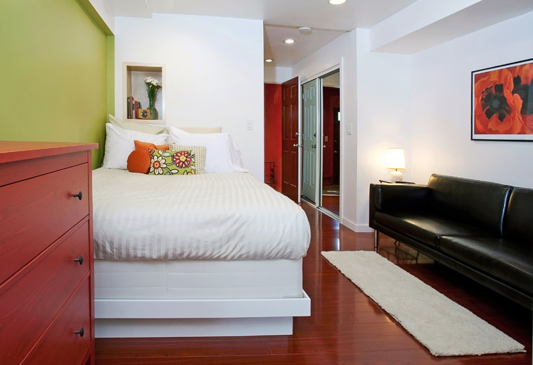 Private entrance leads you  into an apartment that sleeps 2 in a queen-size bed