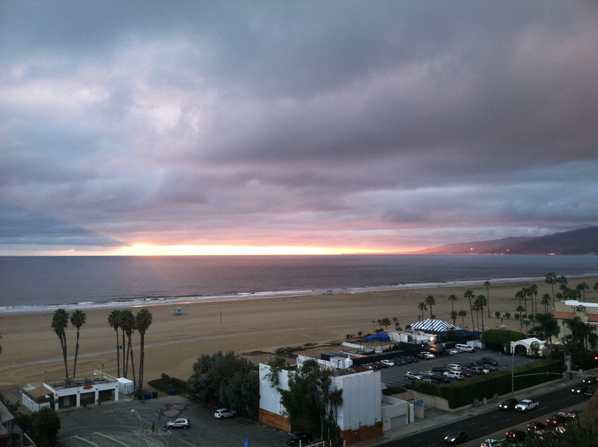 10 minute walk to the beautiful Santa Monica sunsets!