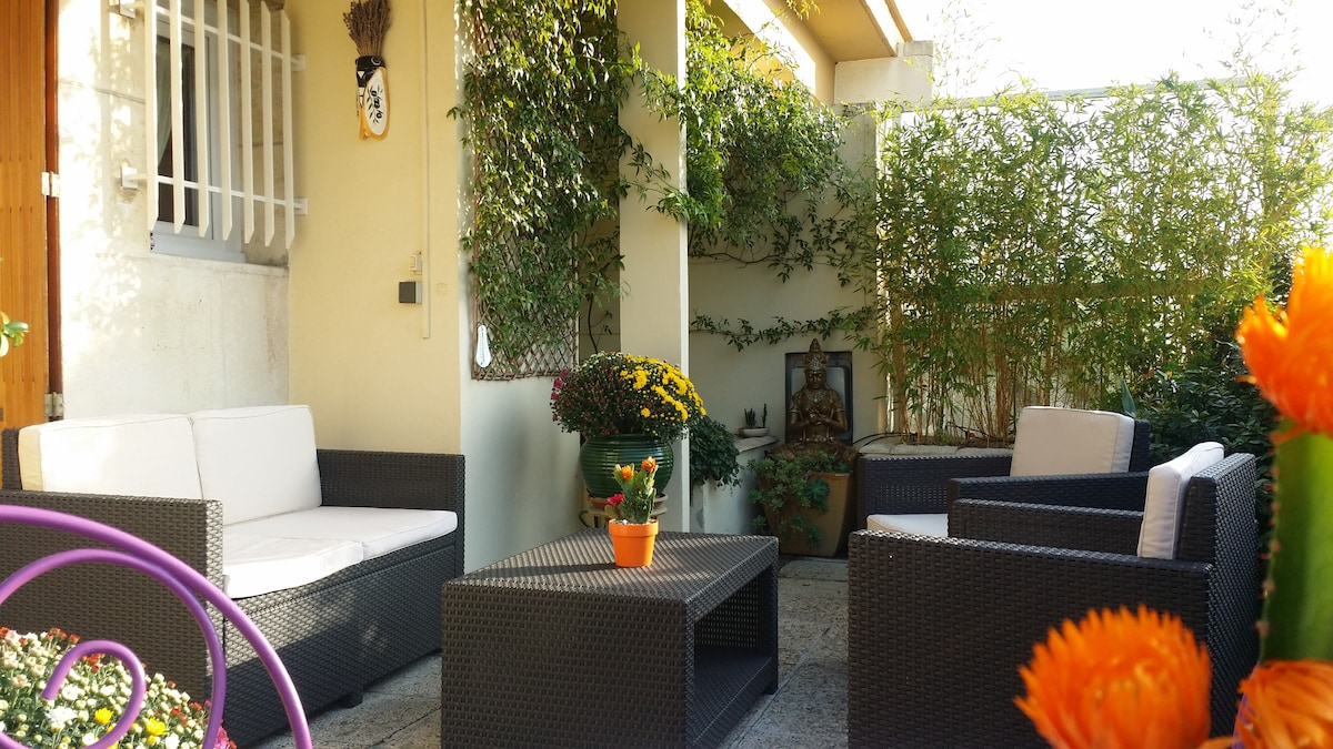 SUR LA TERRASSE, ESPACE DETENTE. // ON THE TERRACE, RELAXATION