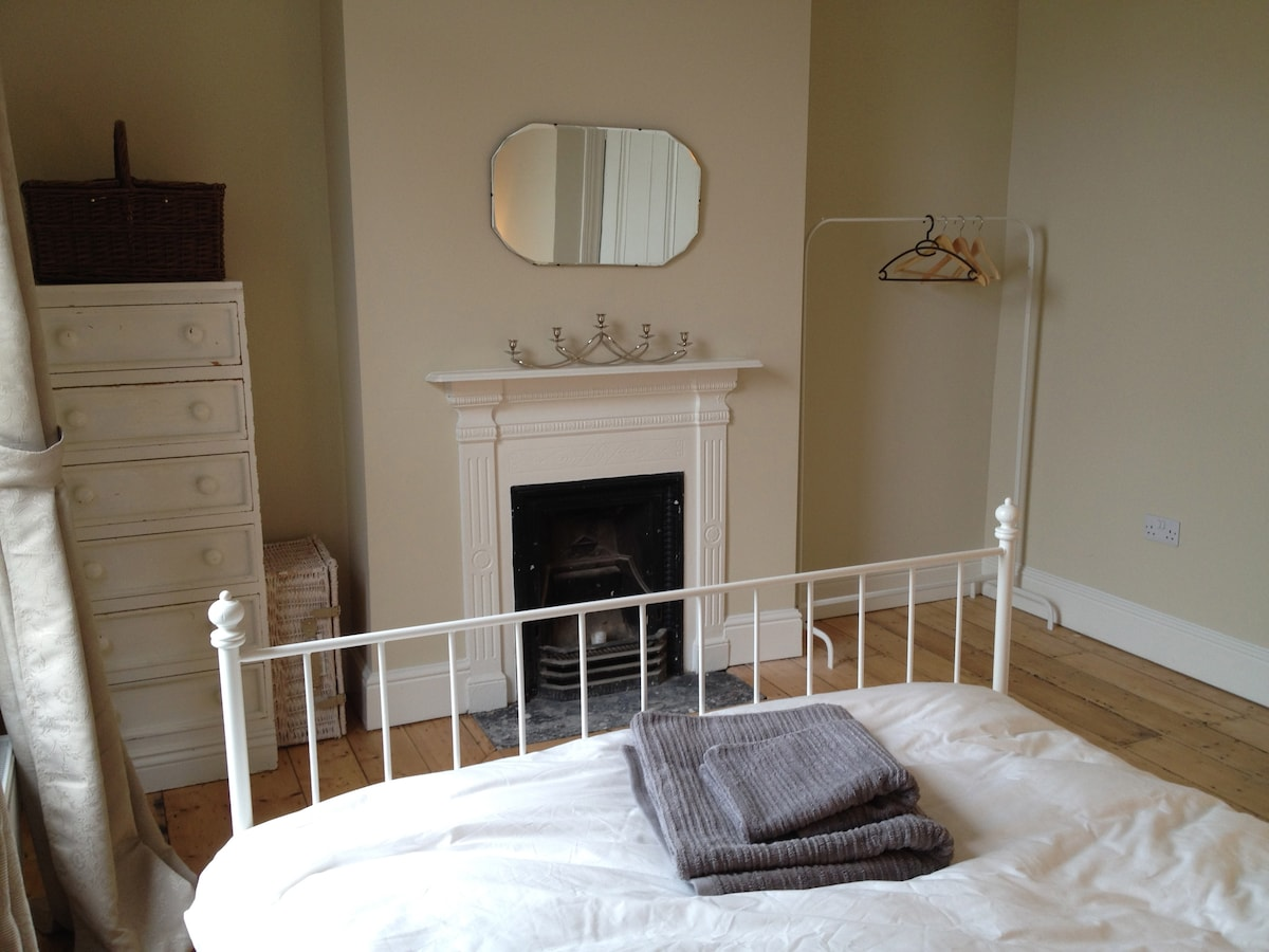 Beautiful room, 15mins to the city!