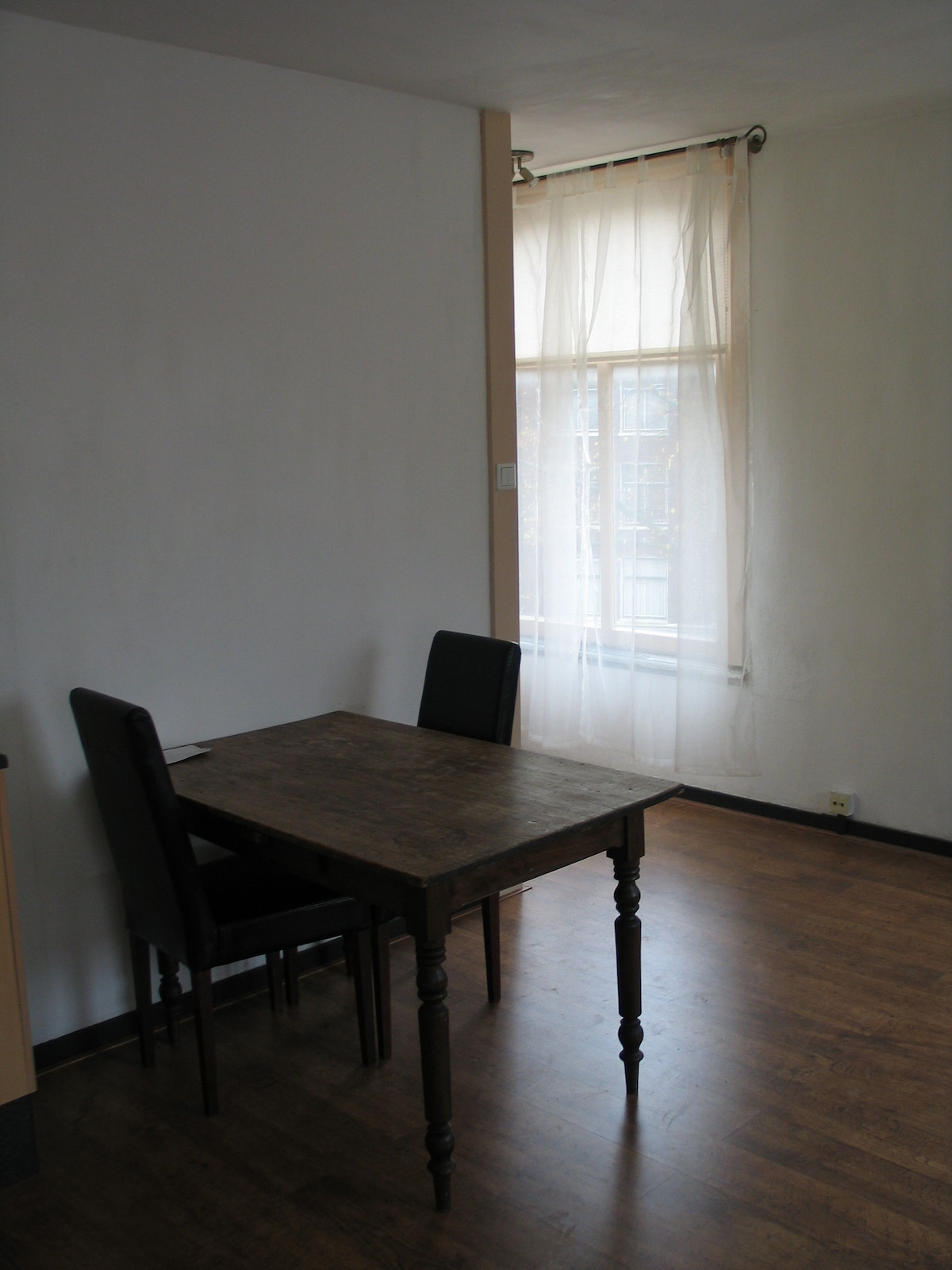 tasteful leatherlook chairs, antique farmer's table, great for good dinners with up to 4 friends (rest on sofa)