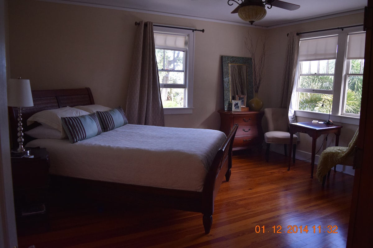 """Bahamian Room"" Queen Bed - Direct River Front Views"