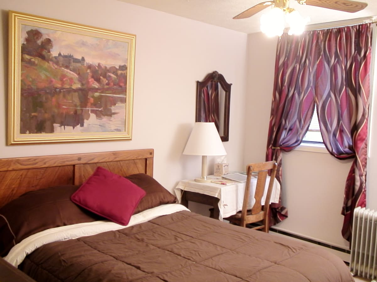 People say they rest very comfortably in the queen-sized bed. Desk, mirror, your own entrance and your own full bath.