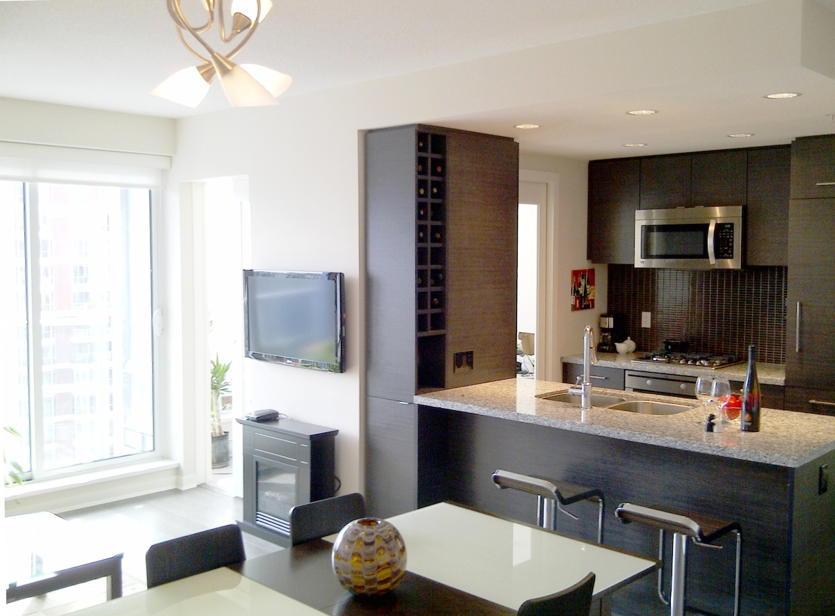 Lively Living/Dining and designer kitchen area. Stylish, Modern, Simple!