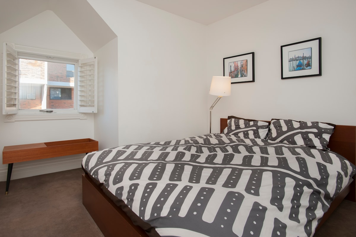 Stylish Private Bedroom Downtown
