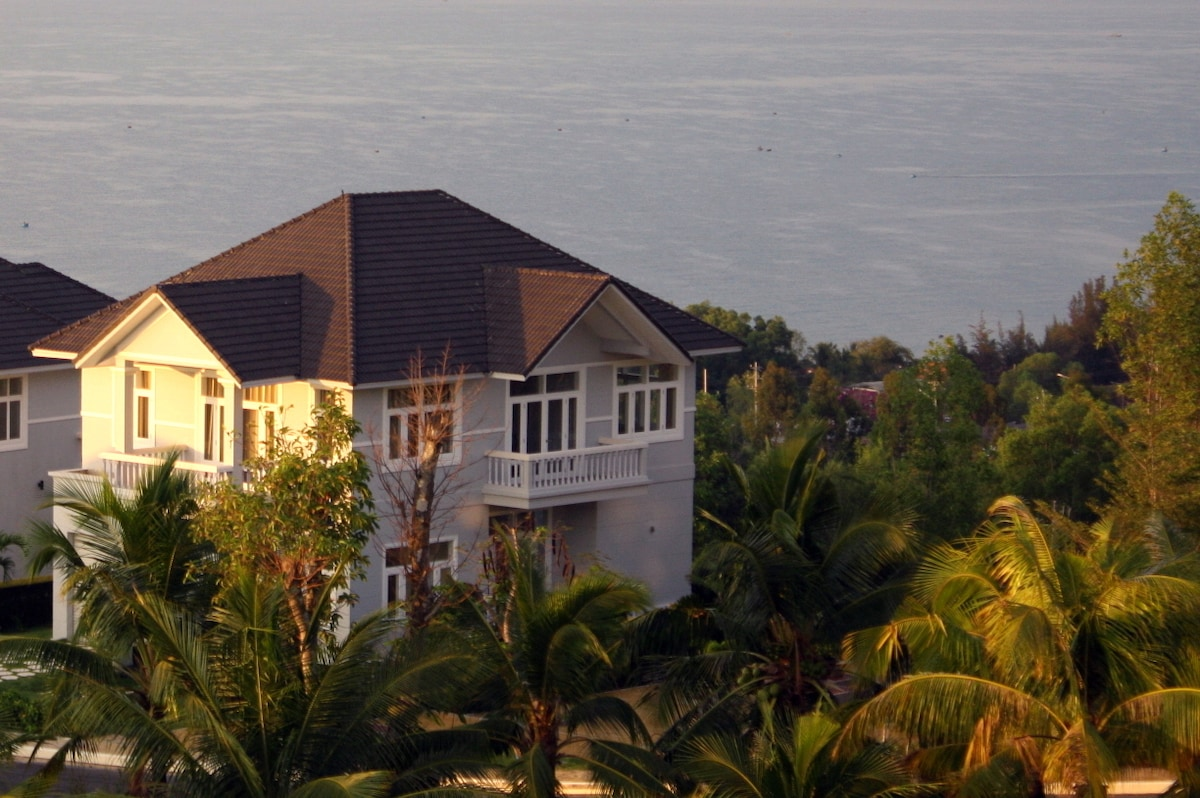 Villa with golf and sea view