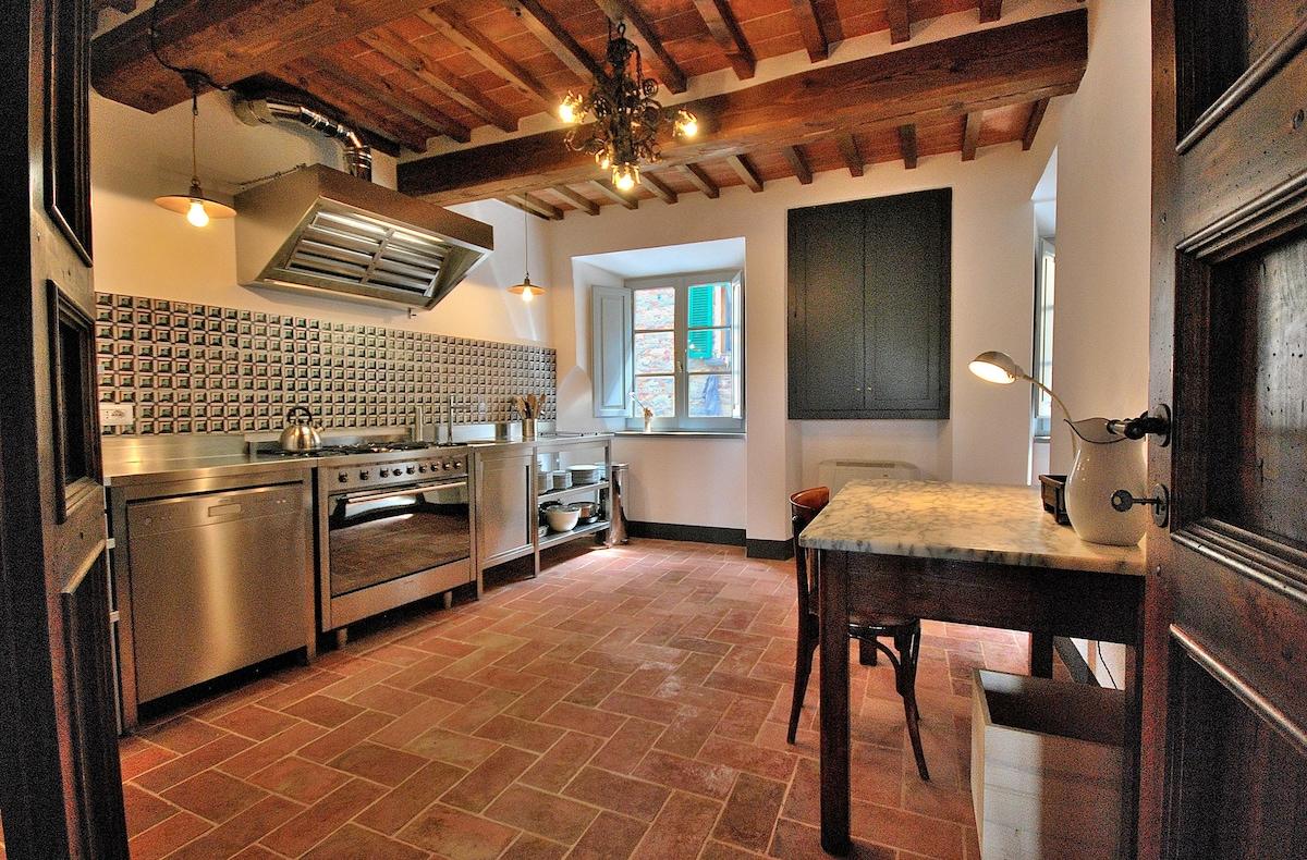 Fully equipped kitchen: dishwasher large oven /gas range Cucina completamente attrezzata:  lavastoviglie  grande / gamma forno a gas  macchina per il caffè e smerigliatrice