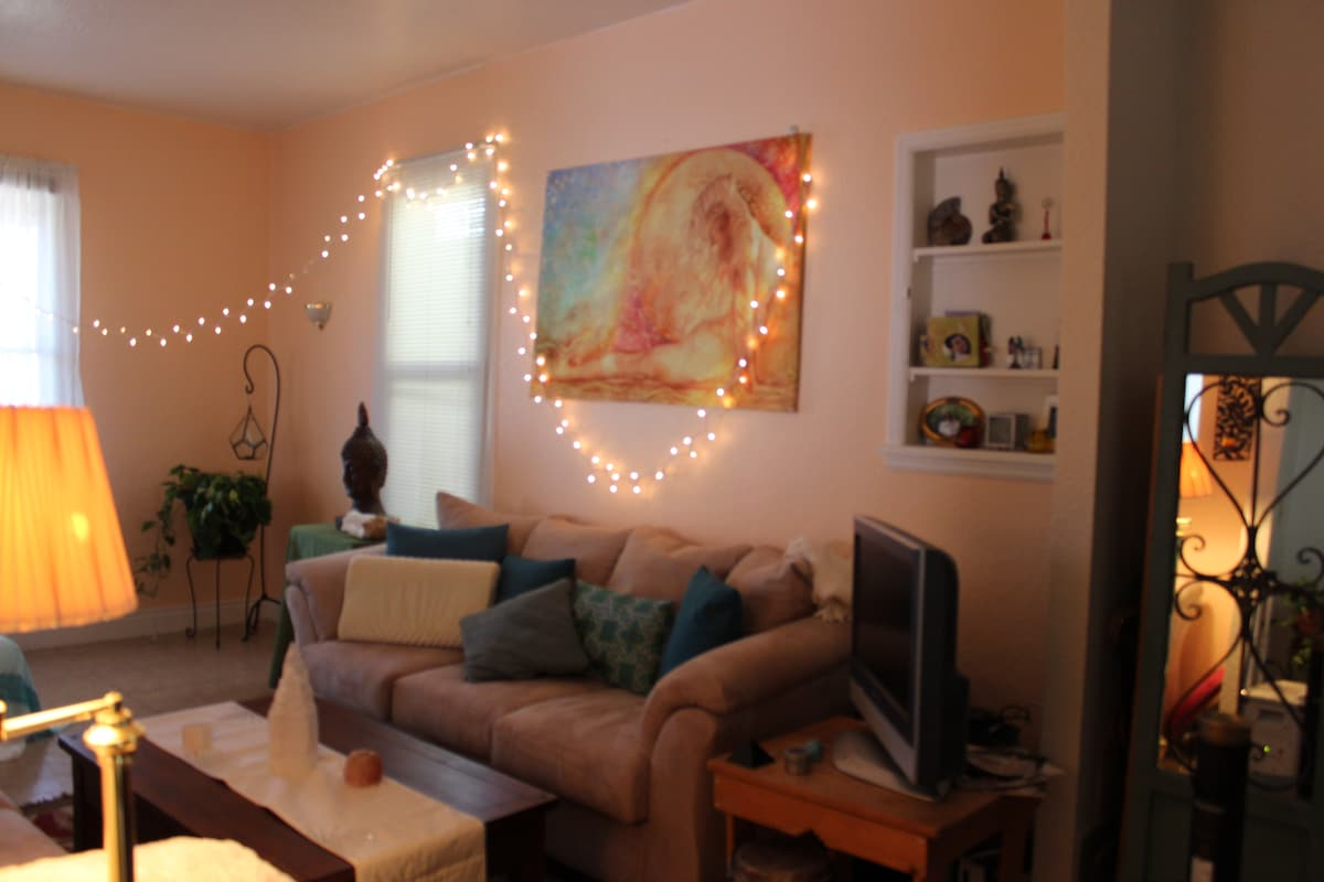 Cozy Home, Walk to downtown!