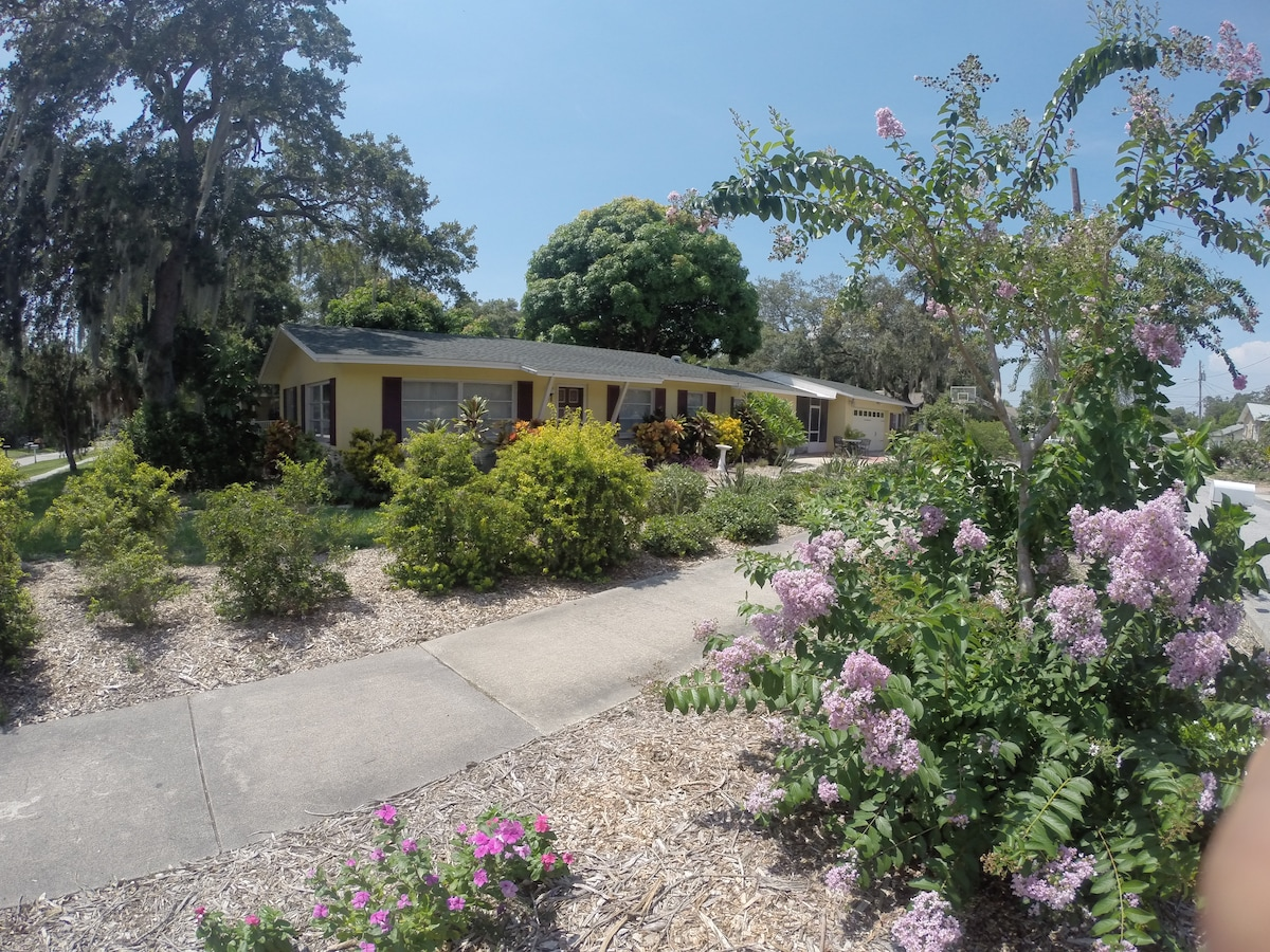 Family neighborhood with convenient location to Clearwater Beach and downtown Clearwater