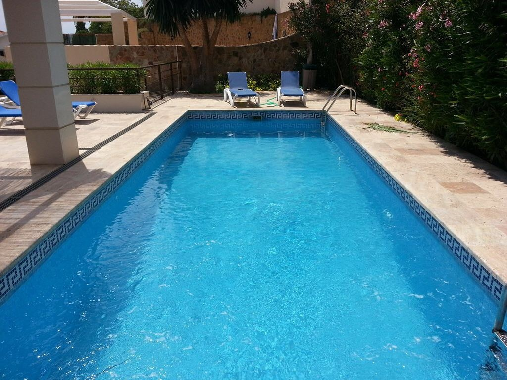 Piscina con jacuzzi incorporado.// Pool with jacuzzi inside