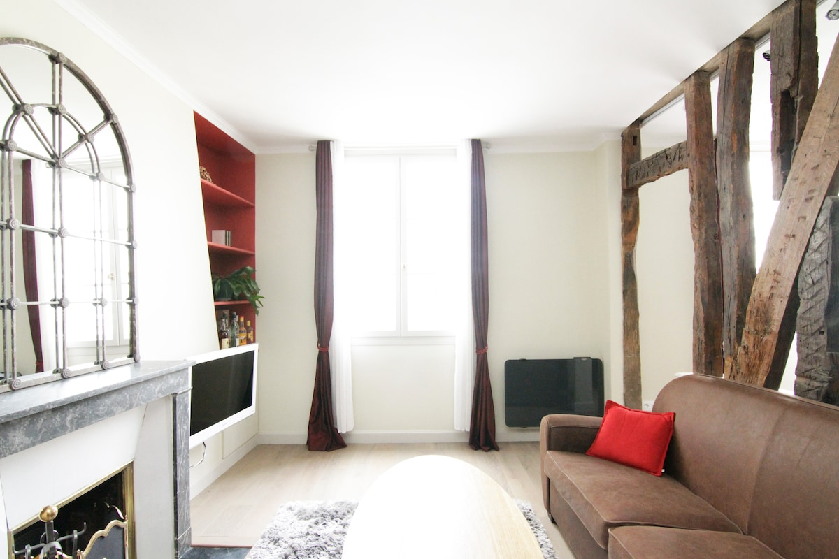 This luxury apartment is spacious, very calm, ideally located and recently renovated.