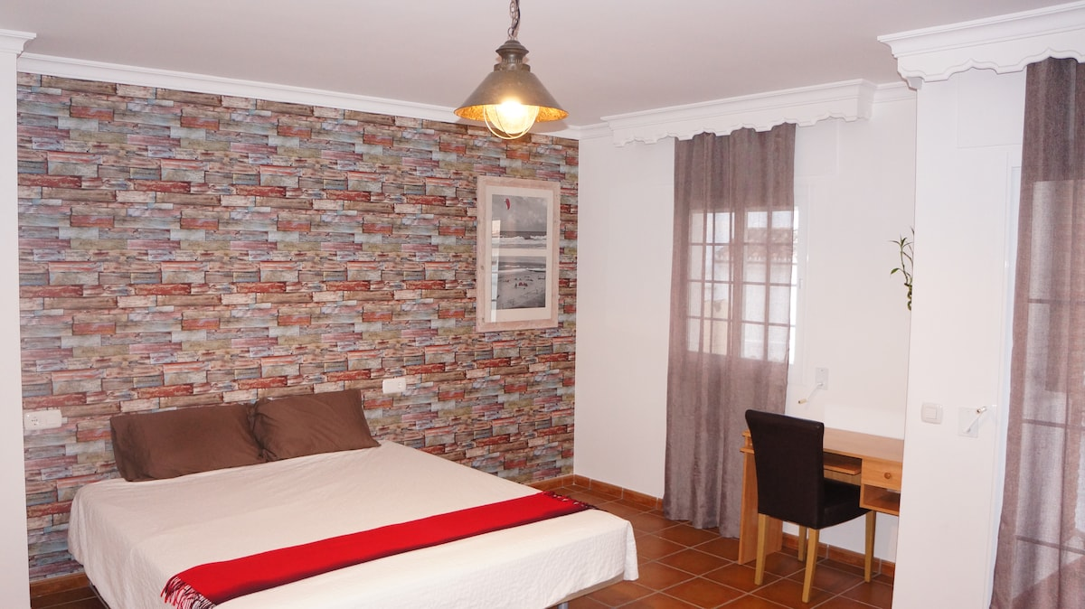 Double room with sea view in town