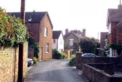Pretty cottage in Thameside village