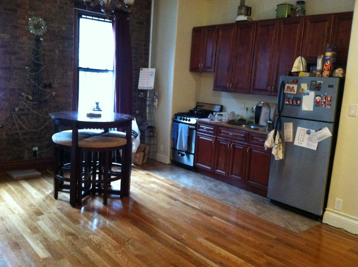 Spacious room available in Brooklyn