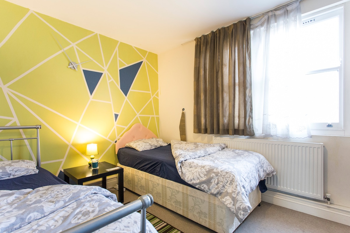 Twin bedroom (Two single bed)