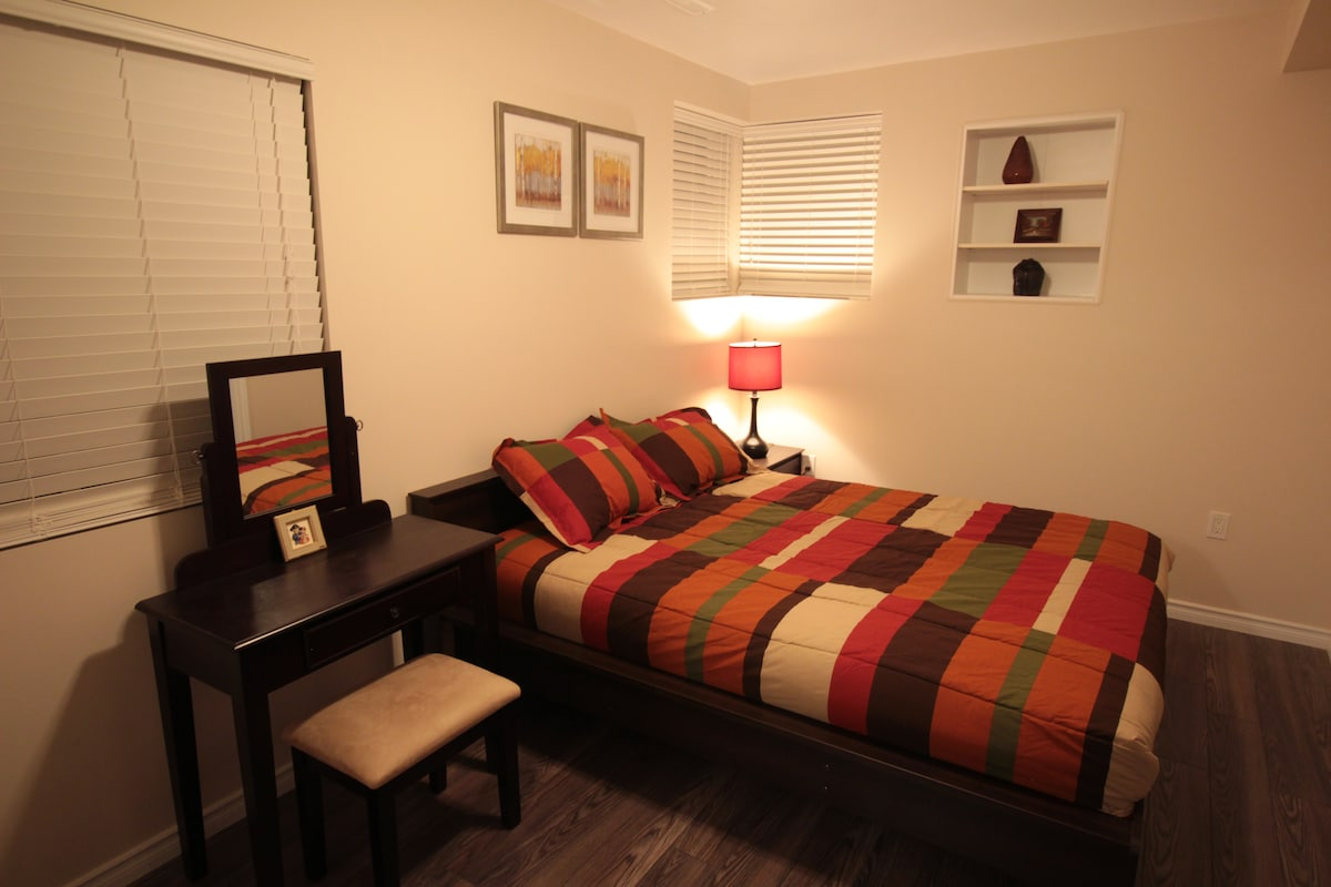 Cozy, bright room in New West