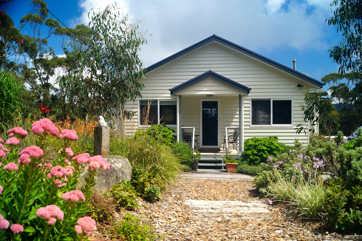Cosy, welcoming and set in beautiful bushland